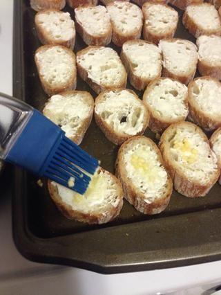 Ligeramente difundir la mantequilla / combo ajo importado derretido encima de él el queso crema.