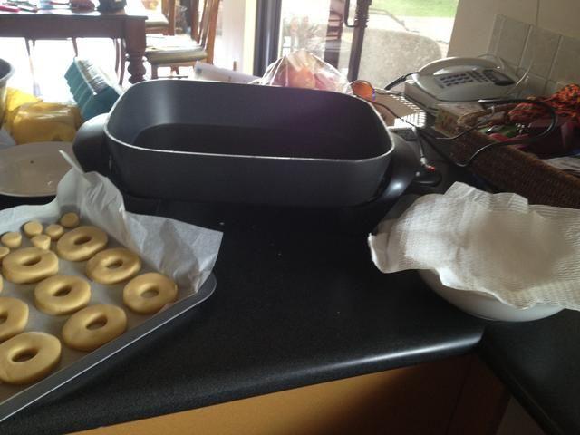 configurar su estación- puso los donuts sin cocer en un extremo y un cuenco con una toalla de papel para poner el donut después no cocinados.