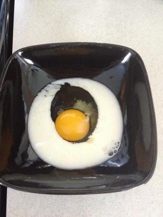 Agregue el huevo y menos de 1/3 taza de leche en un tazón.