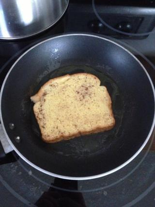 Siguiente chapuzón el pan en sus ingredientes de huevo. DON'T soak the bread. Just put enough on it that it is covered in your mixture.