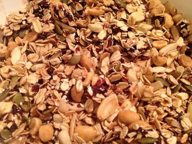 Mezclar la avena tostados (tostarlas en una sartén en la estufa o en una bandeja para hornear en el horno), cacahuetes, almendras, semillas de calabaza y cerezas (puede que tenga que usar las manos :-)