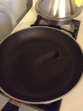 Poner el aceite en la sartén y poner el calor en medio.