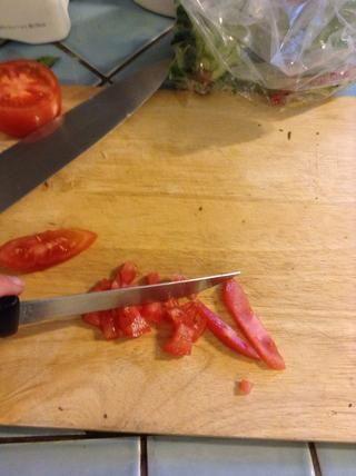 Picar un poco de tomate - aproximadamente 1/3 de un tomate por porción.