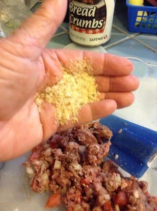 Añadir 1-2 cucharadas de pan rallado por patty de obligar a la mezcla junto.