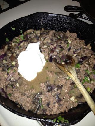 Agregue la crema agria a la mezcla de carne y revuelva en. Mantener el fuego lento porque usted don't want the sour cream to curdle.