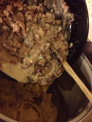 Vierta la mezcla de carne en los fideos.