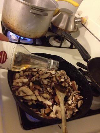 Añadir las setas del la sartén y el vino de cocina.