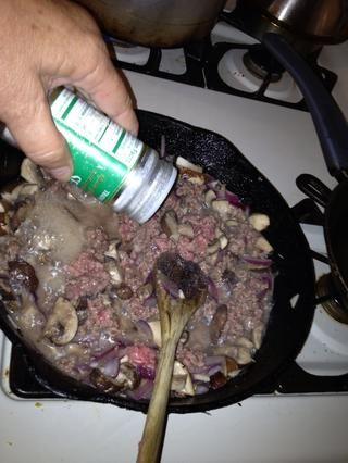 Cocine la carne molida hasta que se dore. Agregue sal ...