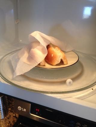Abra ligeramente, enfrentarlos con la apertura a la baja luego se quedó con cuidado la toalla de papel húmeda sobre ellos en el microondas.