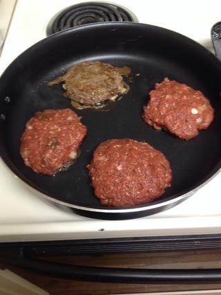 Formulario carne en las empanadas y seco en la baja. Usted puede freír sus hamburguesas todo el camino a través. Sin embargo, me decidí a freír la parte superior de cada lado y luego asar en 450 en el horno.