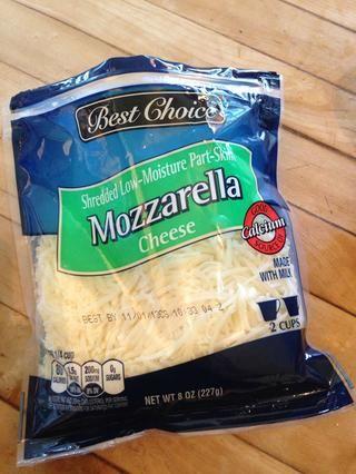 Y 1 1/2 cucharadas de queso mozzarella sobre cada pieza de pollo (o más, por mucho que el queso que usted desea. Recomiendo mucho, sin embargo, me gustaría tener una vez que yo les había salido y empezó a comer la mía.)