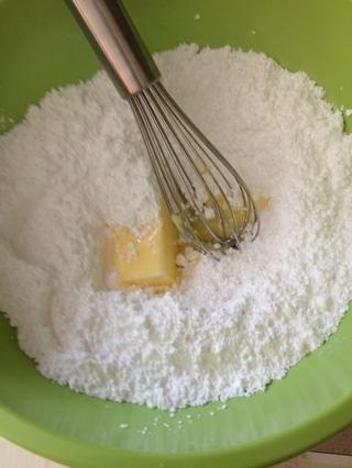 ¡Formación de hielo! Mezcle el azúcar en polvo y la mantequilla juntos hasta que se desmoronen.