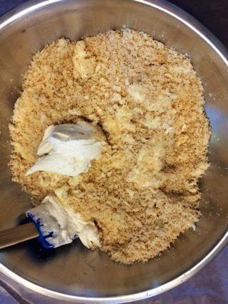 Combine glaseado y pastel un poco a la vez