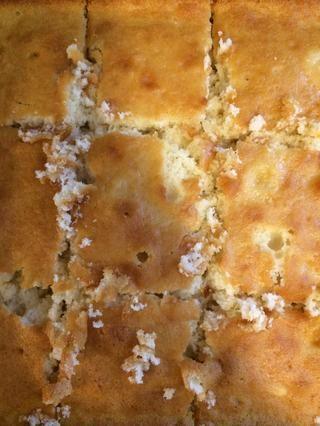 Cortar la torta en cuadrados para hacer más fácil la elaboración de alimentos