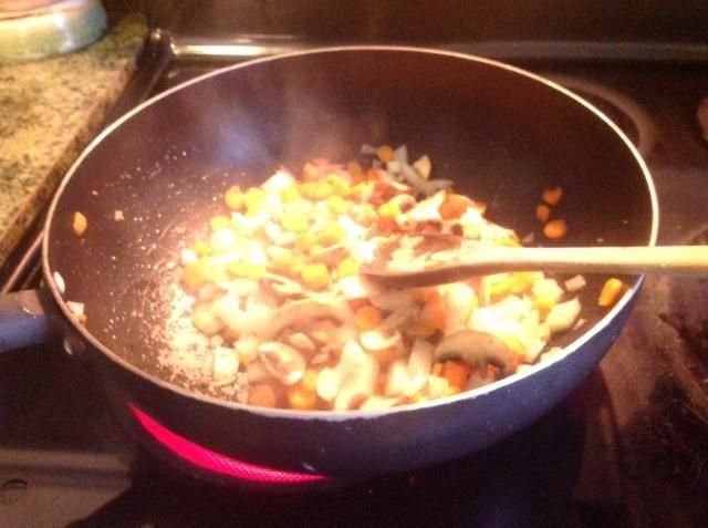 Cuando las verduras son suaves y tiernos, reduzca el fuego a medio