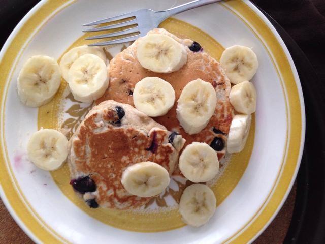 Para levantar el factor yum y salubridad de este plato aún más, ¿por qué no rematar sus panqueques con rodajas de plátano en lugar de jarabe? Mmmm :)