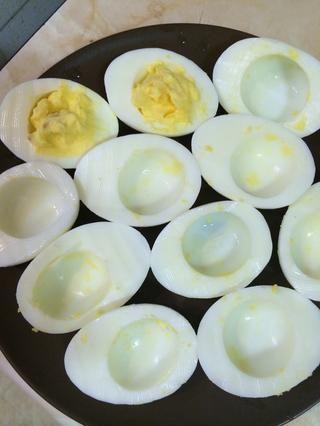Cuando's creamy, use a teaspoon to fill in the eggs with cream
