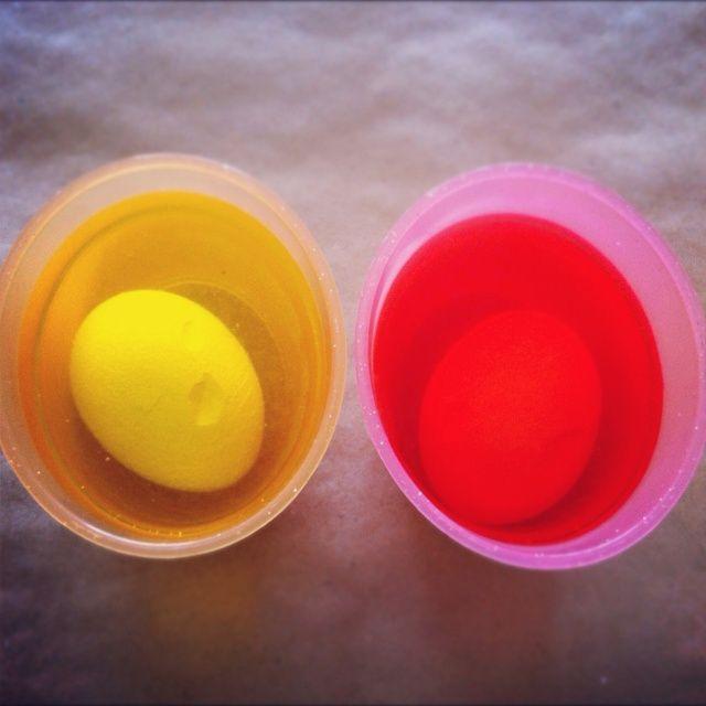 Remoje huevos rotos de color por unas horas o durante la noche.