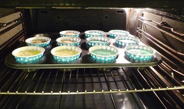 Coloque el molde para muffins magdalena en el horno precalentado.