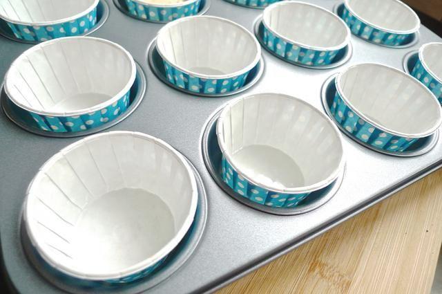 Forrar un molde para muffins con camisas de la magdalena, preferentemente azul en consonancia con el tema.