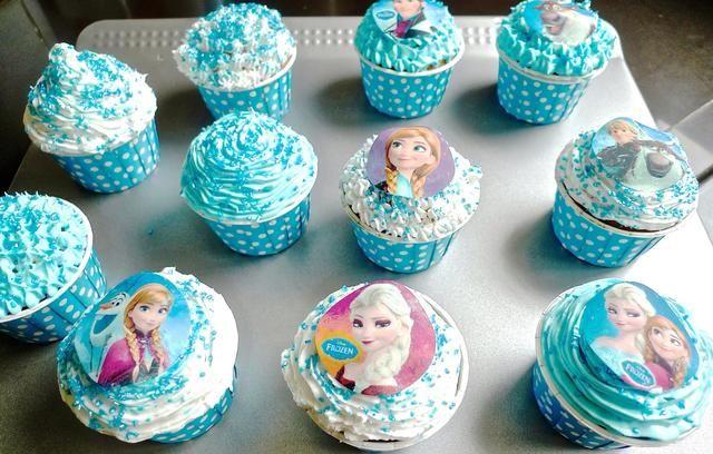 Ponga los cupcakes helados en el refrigerador cuando se hace para que el glaseado se solidifique.