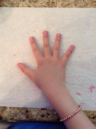 En primer lugar, eliminar todo el esmalte de uñas existente.