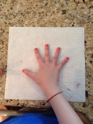 En segundo lugar, pintar las uñas. Es importante utilizar el mismo color que el nuevo esmalte de brillo o el brillo de wones polaco't look very good... Trust me.��
