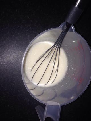 Luego, en una jarra mezclar la leche, el aceite y la vainilla