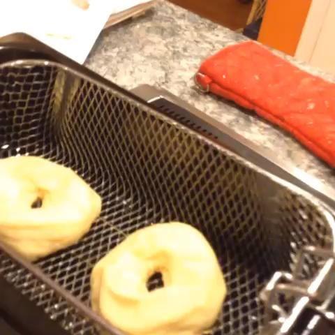 Voltear las donas con pinzas y cocine por un minuto 30 segundos. Después, tire de la cesta de freír y deje que el aceite escurra durante 5 segundos. La ropa con la canela y el azúcar y dejar enfriar en la rejilla