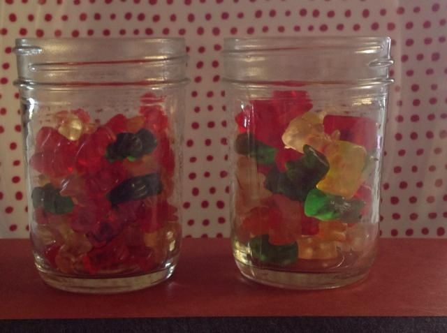 Ponga osos en un recipiente de vidrio. (Mini lleva a la izquierda, de tamaño normal a la derecha) que utilizo tarros de cristal, que son muy útiles para almacenar y sacudir.
