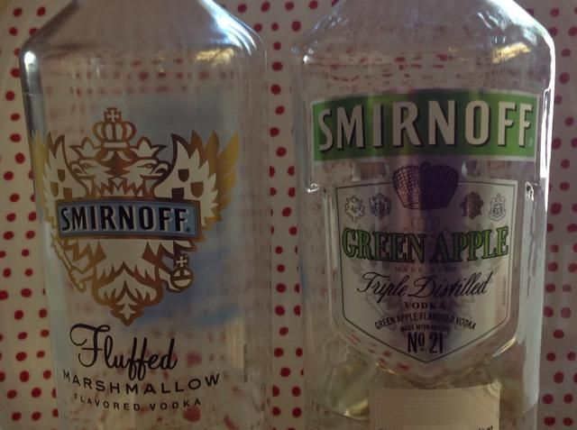 Hoy estoy haciendo dos sabores diferentes de osos. Fluffed Melcocha y manzana verde. (No se mezclan !! Estos son en frascos separados) He intentado en el pasado con vodka llana, el ron y ron de coco, todo bien.