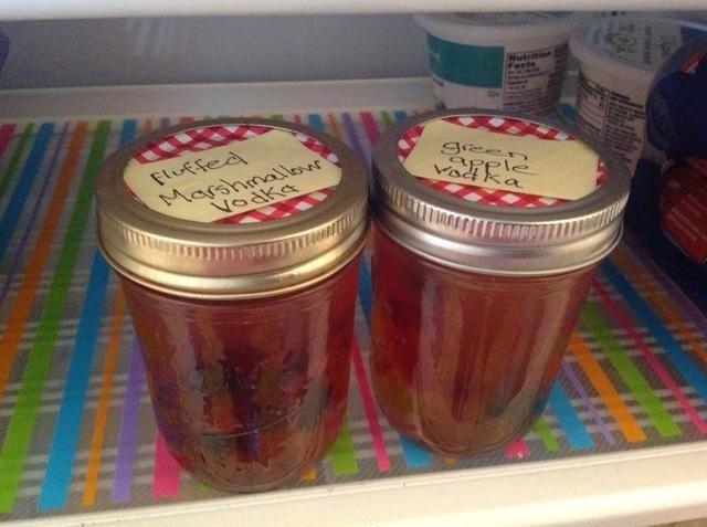 Guardo la mía en el refrigerador. Cada pocas horas que les dan otra sacudida. Dejar en infusión durante al menos 24 horas. Los osos absorberán todo el alcohol mientras más tiempo se sientan.