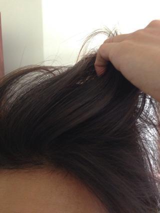 Aplicar a sus raíces y cepille el exceso de polvo. Una vez más hago esto en el lavabo o la bañera. El polvo absorbe los aceites en el cabello. Y como un bono adicional huele delicioso también! ??????