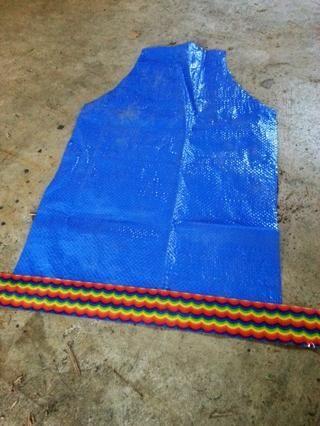 Desdoble pliegue del último paso. Ponga un pedazo de cinta adhesiva a través de la parte inferior, con sólo 1/2 de la cinta en la lona.
