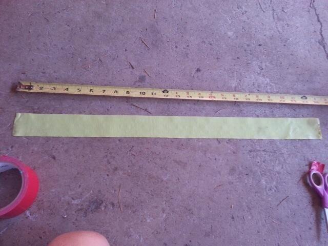 Correa para el cuello - arrancar un pedazo de cinta adhesiva aproximadamente 24