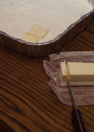 Tome su mantequilla de la nevera y empezar a rebanar. Trate de mantener esas rebanadas alrededor de 1/4