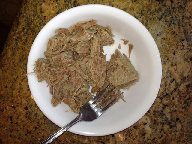 Saque su carne de vacuno sopa, dejar que se enfríe un poco y triturar con un tenedor o con los dedos.