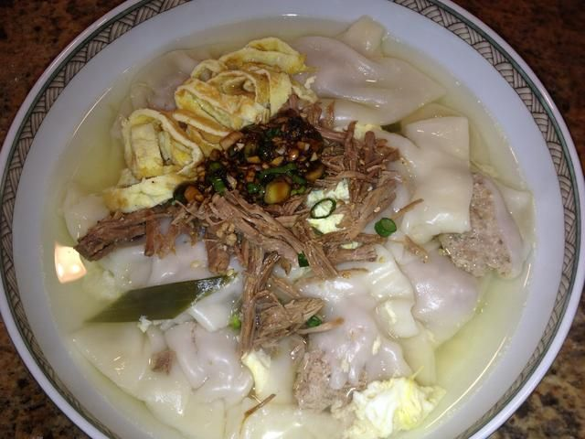 Añadir ovelets arroz, albóndigas, sopa, carne mechada en un tazón. Arriba con su mezcla de salsa de soja (tenga cuidado sin embargo,'s salty!) Optional: dried seaweed (not shown) and a pan-fried egg.