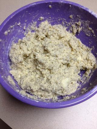 Ahora harina una superficie limpia y amasar la masa un par de veces hasta que quede suave