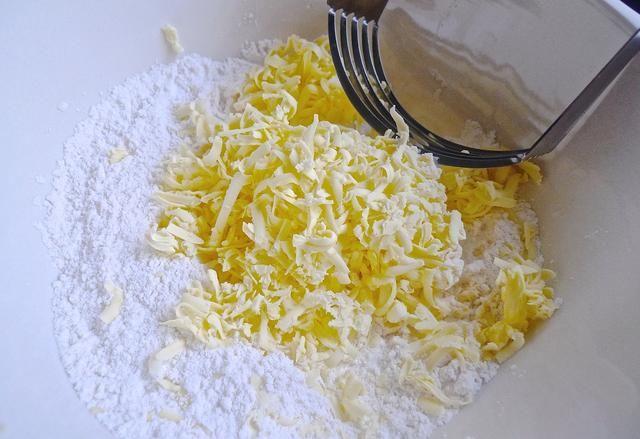 Mezcla la mantequilla rallada FRÍO en la mezcla de harina con un cortapastas.