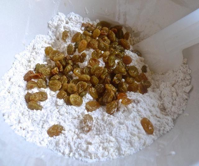 Agregue el earl grey drenado pasas infundidas en la mezcla de harina de migas gruesas.
