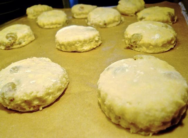 Utilice un cortador de galletas redondo 2 1/2 pulgadas para cortar la masa en círculos y la transferencia a la bandeja para hornear forrada con papel pergamino.