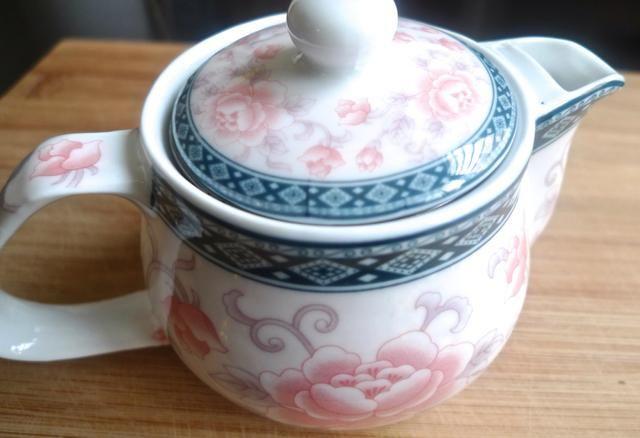 Brew fuerte té earl grey caliente y EXTRA en una tetera.