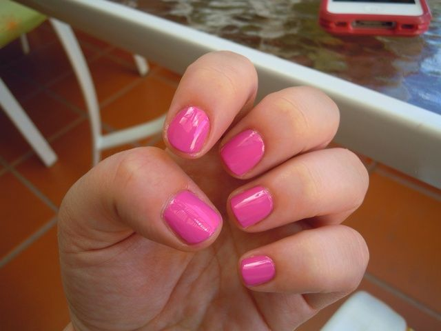 Aplique dos capas de esmalte de color rosa.