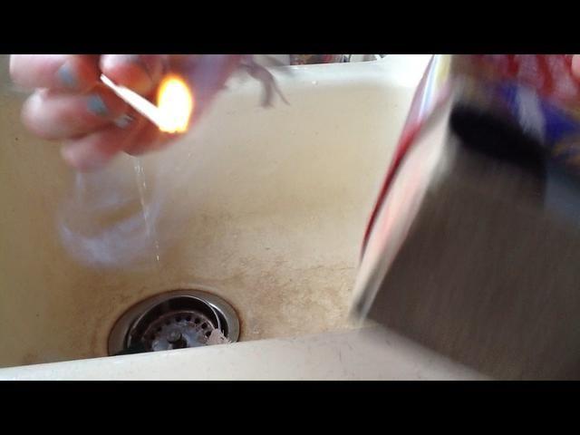 Ahora tome su partido y encenderlo. Lo hice en el lavabo para que yo pudiera poner fácilmente el partido cuando haya terminado.