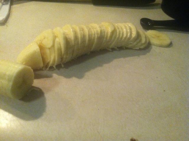 Cortar las bananas y luego puré en un tazón pequeño.