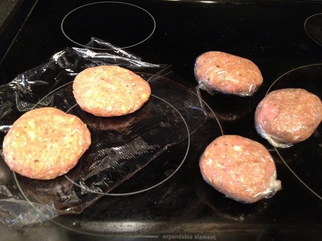 Mezclar todo con la mano y formar en 5 empanadas, congelar extras para más tarde