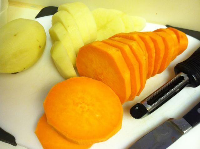 Pelar y cortar las patatas.