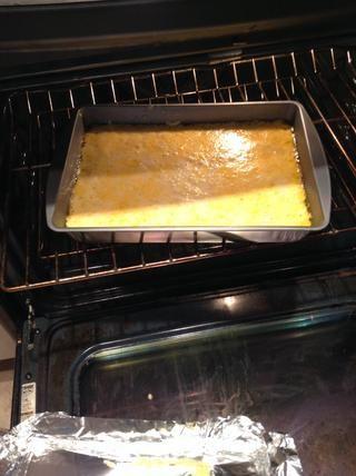 Después de 30 minutos, retire papel de aluminio, espolvorear la 1/4 taza de queso restante y hornear por otros 30.