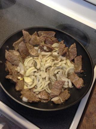 Cocine a fuego lento 4-5 minutos. Agregue los champiñones en rodajas.
